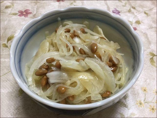 らっこが作った、新玉ねぎの納豆和えです。