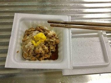 納豆をかき混ぜています。