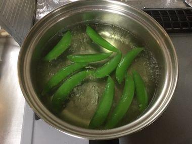 スナップエンドウが茹で上がっています。