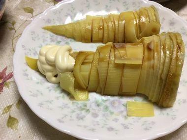しょう油とマヨネーズをかけたタケノコのお刺身です。