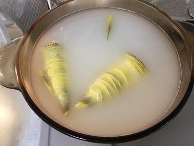 タケノコを茹でようとしています。