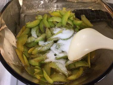 青梅とグラニュー糖です。ジャムを作っています。