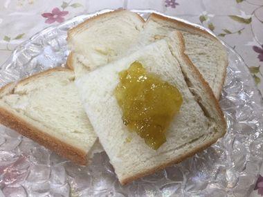 パンに塗った梅ジャムです。