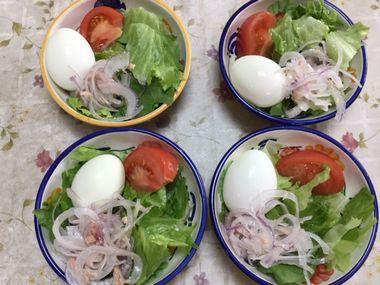レタスとトマトとゆで卵とツナ玉ねぎです。