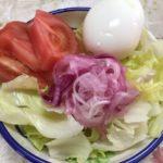おいしい酢漬けの紫玉ねぎとレタスとトマトとゆで卵のサラダです。
