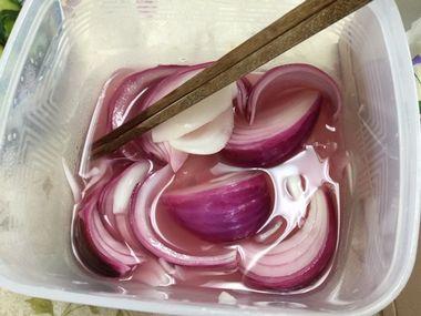 おいしい酢漬けの紫玉ねぎです。