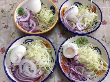 紫玉ねぎとキャベツとゆで卵のサラダです。