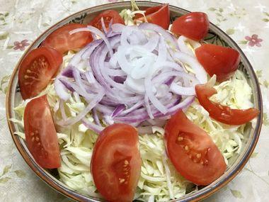 キャベツとトマトと紫玉ねぎのサラダです。