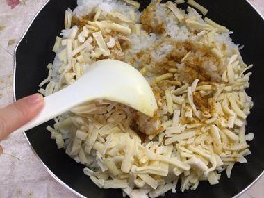 中華スープの素とカレー粉とミックスチーズとご飯を混ぜています。。