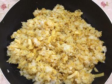 中華スープの素とカレー粉とミックスチーズとご飯が混ざり合いました。