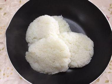 フライパンに入った解凍ご飯です。