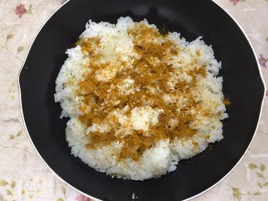 中華スープの素とカレー粉とご飯です。
