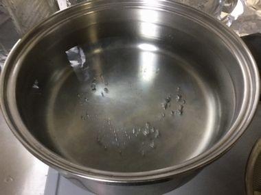鍋に沸いたお湯です。
