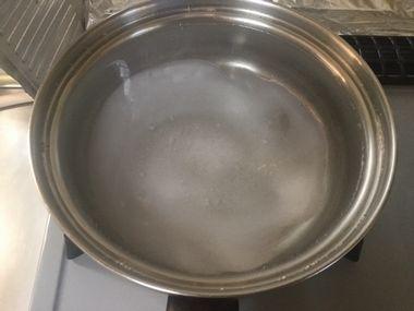 小鍋で塩を溶かしています。