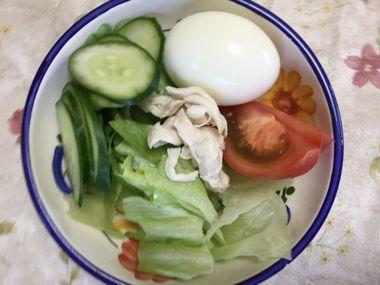 レタスとトマトときゅりとゆで卵と鶏のささみのサラダです。