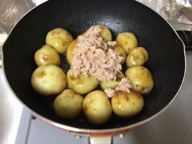 煮たじゃがいもとツナにしょう油とみりんです。