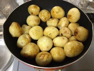 フライパンでじゃがいもを炒めています。