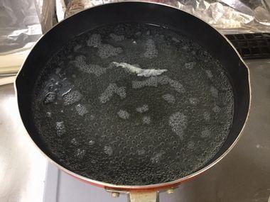 フライパンで白菜の漬物汁を沸かしています。