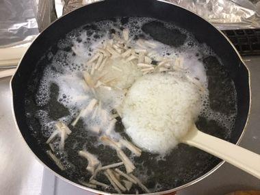 ご飯をスープに投入しています。