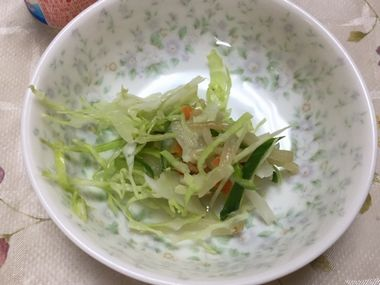 キャベツともやしのサラダです。
