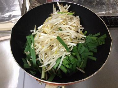 ニラともやしを炒めています。