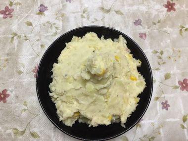 ニンニクまるごと一個入りのポテトサラダです。