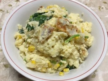 笹かまぼことホウレン草入りのポテトサラダです。
