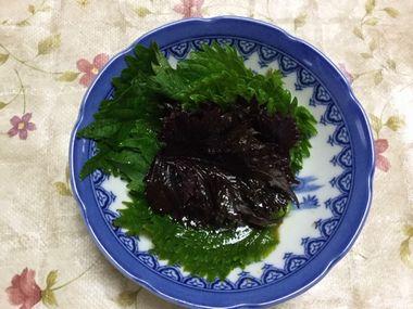 紫蘇をにんにく醤油とごま油に漬けています。