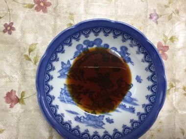 お皿に取ったにんにく醤油です。