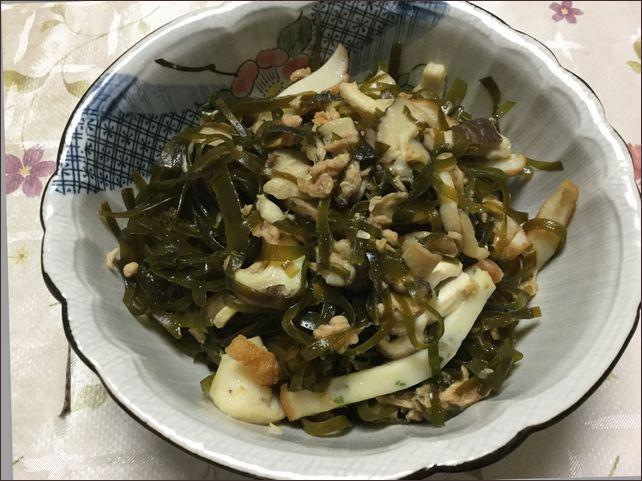 らっこが作ったかまぼこ入りのすき昆布の煮物です。