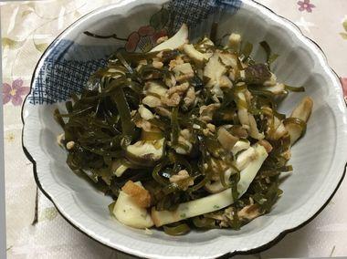 かまぼこ入りのすき昆布の煮物です。