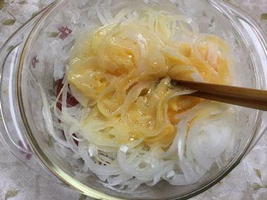 玉ねぎと卵を混ぜています。