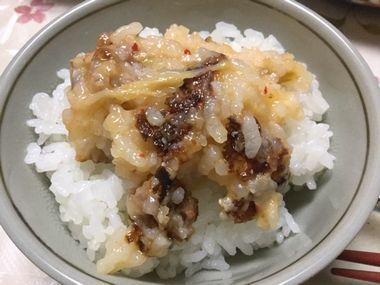 白いご飯の上に雑炊おやきがのっています。
