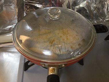 ふたをして蒸し焼きにしています。