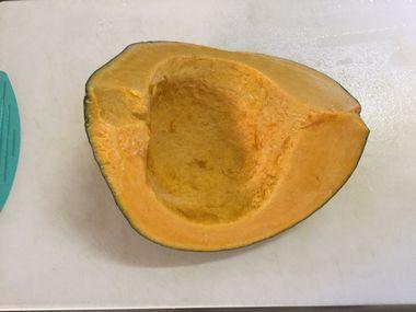種とワタを取ったかぼちゃです。だいたい1/4。