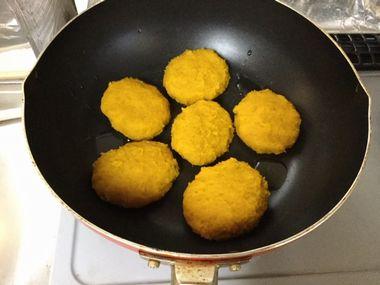 フライパンでかぼちゃ餅を焼いています。