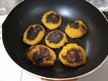 黒焦げのかぼちゃ餅です。