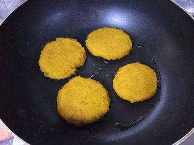 かぼちゃ餅を焼いています。