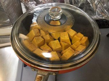 かぼちゃを蒸し焼きにしています。