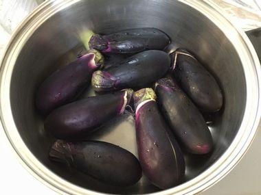 鍋に並べたナスです。