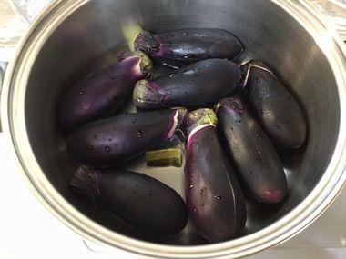 鍋にナスと水と昆布が入っています。