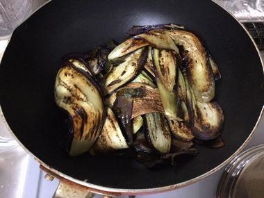 焼いたナスをフライパンに戻した図です。