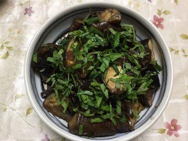 紫蘇をたっぷり振りかけた梅味の煮ナスです。