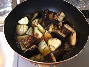 炒めたナスを煮込んでいきます。