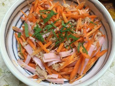 紫蘇の葉をかけたハムとツナのにんじんサラダです。