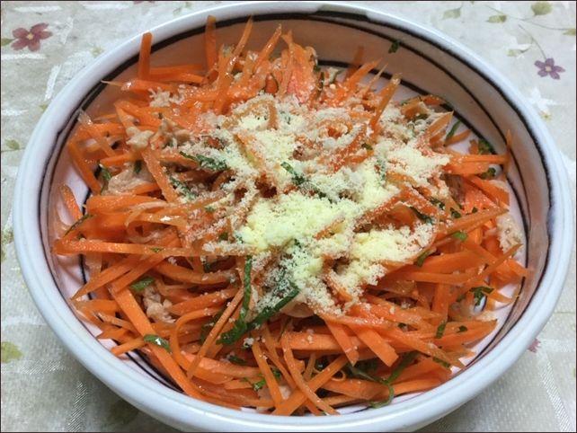 らっこが作ったにんじんサラダのツナ紫蘇チーズ味です。