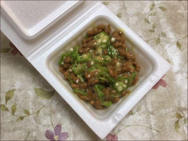 自宅でとれたオクラを加えた納豆です。