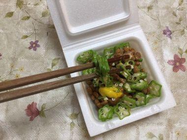 オクラ納豆を混ぜると箸にオクラが刺さるよね。の図。