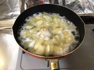 沸騰しているじゃがいもを茹でているフライパンです。