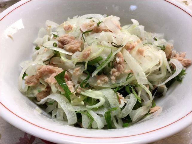 らっこが作った玉ねぎとツナの紫蘇サラダです。